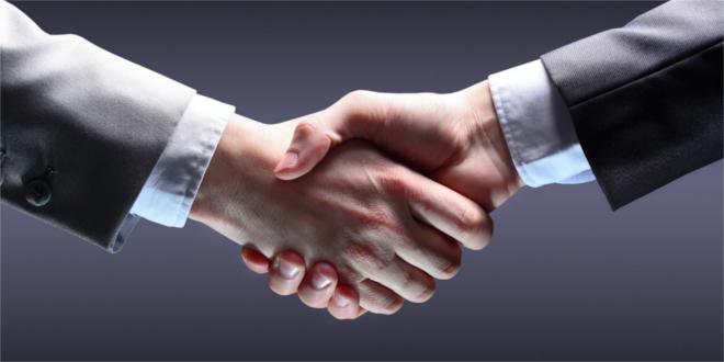 Jak podawać rękę? Rodzaje uścisków ręki